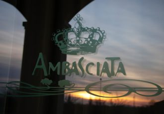Ristorante Ambasciata- Villa Bartolomea- Logo adesivo sulle vetrate.