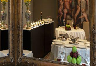 Location Ristorante Ambasciata - Villa Bartolomea- tavoli von gonne tiffany e giallo, bicchieri rossi e gialli, fiori, tappeti e riproduzione dell'affresco di palazzo te